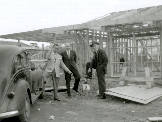 Руководство компании Левитт и сыновья на строительстве каркасного дома
