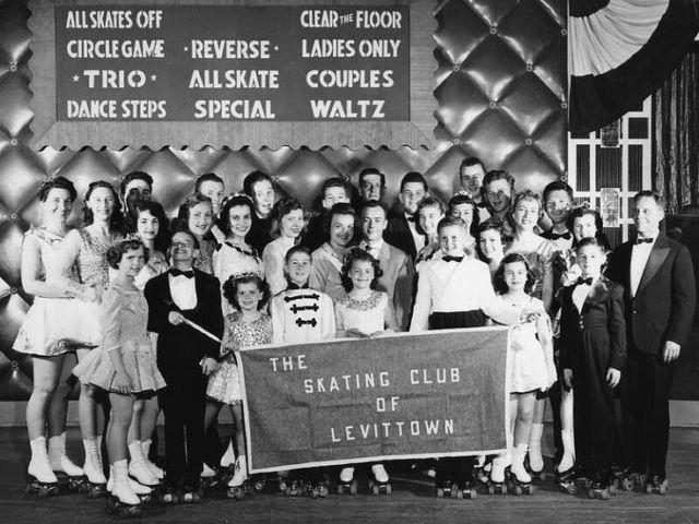 Фотография жителей каркасных домов Левиттауна — членов клуба катания на роликовых коньках
