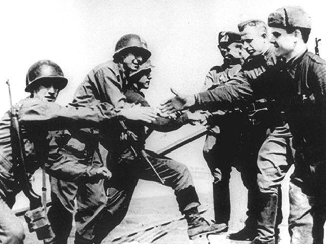 Американские солдаты встречаются с русскими в ходе второй мировой войны