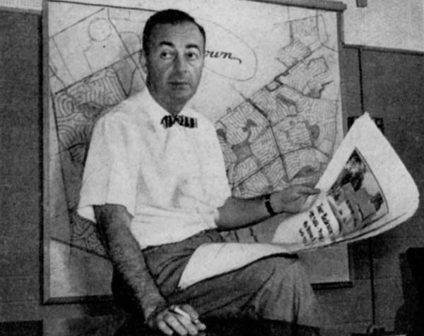Билл Левитт у карты первого Левиттауна
